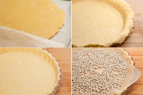 Охлажденное тесто раскатайте между двумя листами бумаги для выпечки слоем в полсантиметра.  Выложите тестом форму для выпечки, обрежьте слишком выступающие края. На тесто положите лист бумаги для выпечки, насыпьте груз (любые бобовые) и выпекайте в разогретой до 180 градусов духовке 15 минут. Затем уберите бумагу с грузом и пеките еще 10 минут до полной готовности.