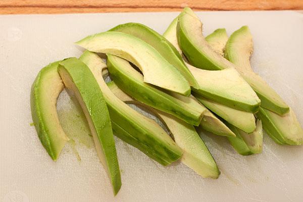Авокадо очистите, нарежьте тонкими дольками и сбрызните лимонным соком, чтобы мякоть не темнела.