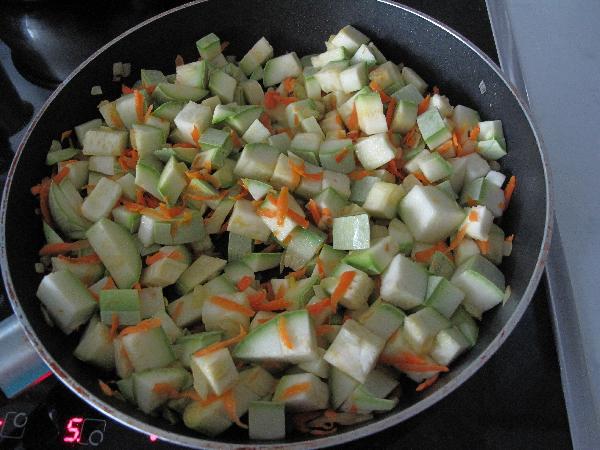 Кабачки порезать кубиками и добавить к луку с морковью. Тушить до полуготовности (примерно минут 3-5)