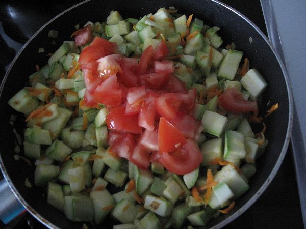 Помидоры порезать и добавить к овощам, тушить до готовности кабачков (примерно 5 минут)