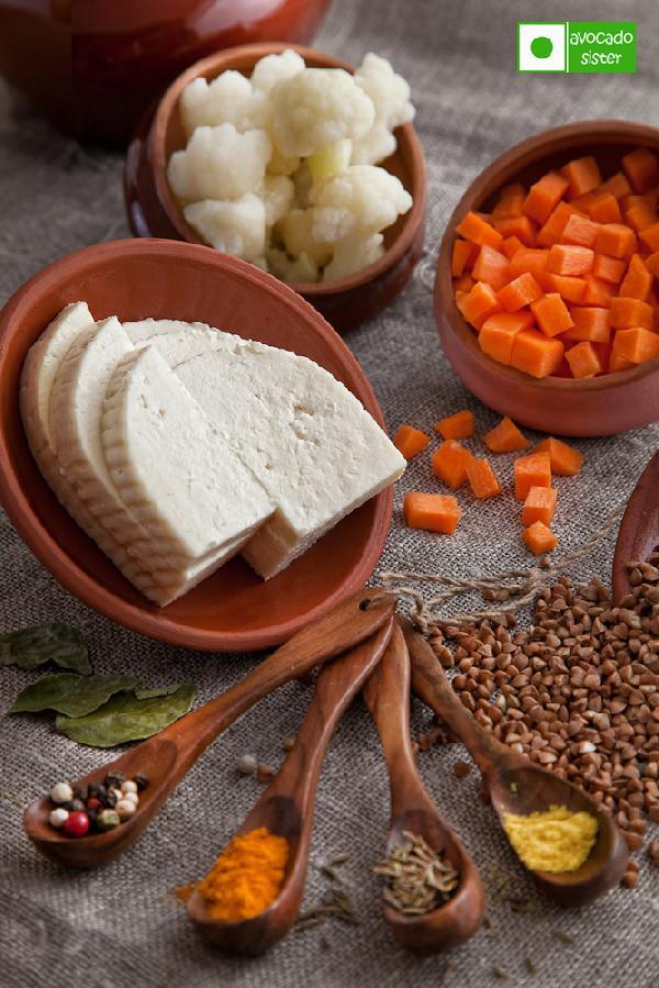 Ингредиенты:    200 гр. гречки  1 морковка  200 гр. цветной капусты  200 гр. адыгейского сыра или панира  Специи: 0,5 ч.л. кумина, 0,5 ч.л. асафетиды, 0,5 ч.л. куркумы, 0,5 ч.л. молотой смеси перцев, 5 штук листьев карри.  Сливочное или топленое масло.