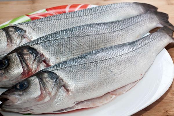 Свежую рыбу выпотрошите через брюшко, удалите жабры и счистите  мелкую чешую.