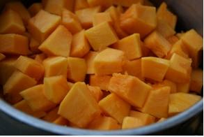 Помойте и почистите тыкву. Затем порежьте ее на небольшие дольки. Можно нашинковать ее соломкой (как на картошку фри ) на кухонном комбайне, если он у вас есть.