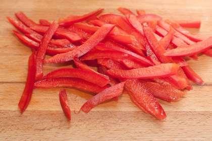 Листья салата тщательно вымойте, высушите и нарежьте тонкими полосками.