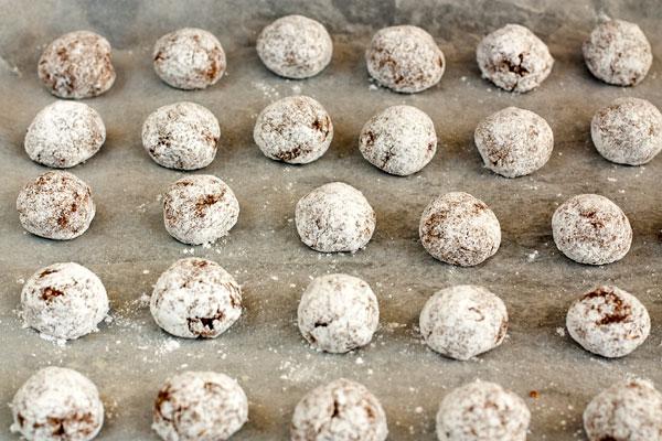 Разложите шарики на противне, застеленном кондитерской бумагой,  и выпекайте в разогретой до 180 градусов духовке 12-15 минут.