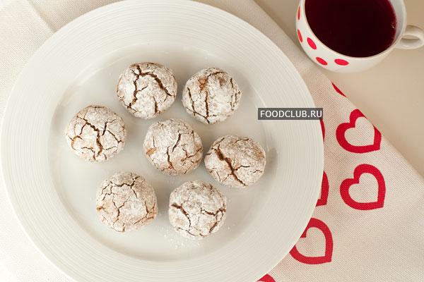 Готовое печенье должно покрыться трещинками, немного затвердеть сверху, а внутри остаться мягким.