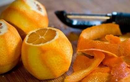 Вымойте апельсины. Слегка обсушите, чтобы с них не капала вода. Потом аккуратно срежьте с них цедру. Она может быть широкой (примерно от 2 до 4 см шириной), ничего страшного. В этом вам поможет обычная овощерезка.