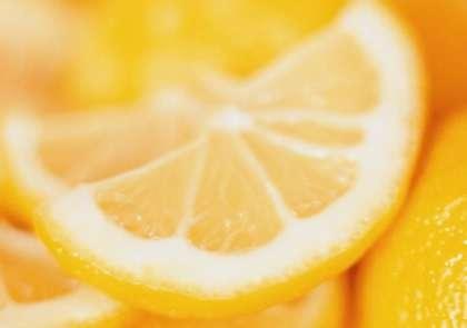 Помойте также лимон. С него тоже нужно снять цедру.