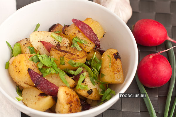 Жареный картофель можно подавать как самостоятельное блюдо или как гарнир, например, к рыбе. Хорошо подойдет к нему любой салат из свежих овощей.