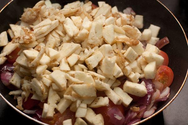 Извлеченную из баклажанов мякоть мелко нарежьте и отправьте к луку и помидорам.