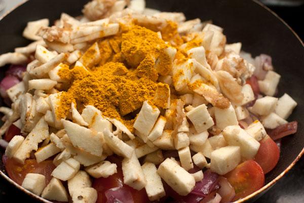 Всыпьте карри, перемешайте и готовьте на среднем огне 10-15 минут, пока овощи не станут мягкими.