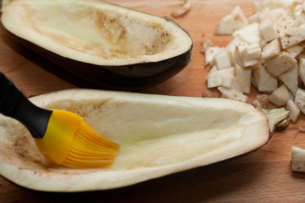 Половинки баклажанов немного смажьте маслом.