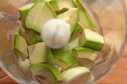 Авокадо разрежьте пополам, удалите косточку, очистите и крупно нарежьте. Не делайте этого заранее, чтобы плод не успел потемнеть.
