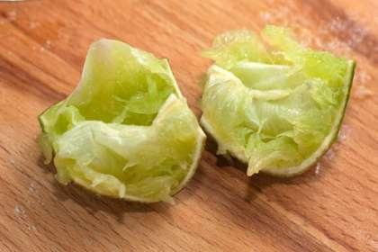 Измельчите авокадо в блендере с половиной луковицы до однородности.