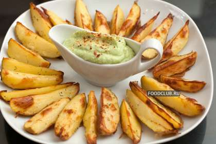 Слегка остывкую картошку разрежьте вдоль на 4-8 долек в зависимости от размера, разложите на противне, застеленном фольгой в один ряд. Сбрызните растительным маслом, посыпьте измельченным укропом и солью.