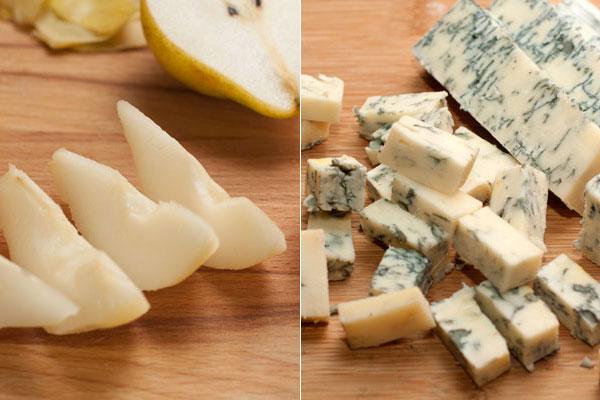 Грушу очистите и нарежьте дольками, а  сыр кубиками, как тыкву, можно чуть крупнее.