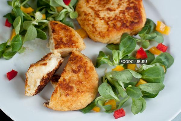 Готовые биточки подавайте горячими со свежими овощами.  Приятного аппетита!