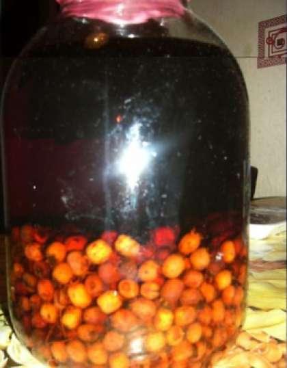 Потом сложите их в стеклянную емкость для вина (бутыль) и залейте водой. Добавьте сахара (1 кг). Можно предварительно смешать немного воды с сахаром и просто залить ягоды сиропом. После этого добавьте питательную среду, а также дрожжевую закваску для вина, приготовленную заранее.