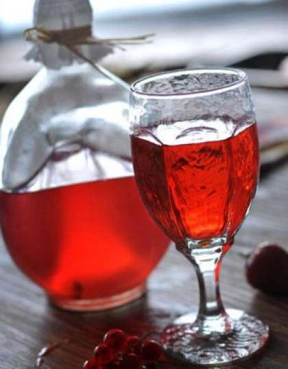Через месяц или полтора, как только закончиться брожение, следует слить вино из боярышника с остатка очень аккуратно, чтобы его не взболтать. Далее разлить молодое вино по сухим и чистым бутылкам, закупорить и хранить в темном помещении.
