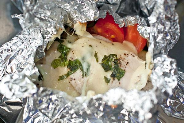 Фольгу плотно заверните, соединив свободные концы.  Получится 4 порционных кулечка, которые надо поставить в разогретую духовку на 30 минут.  Пока курица с овощами запекается, можно приготовить гарнир.