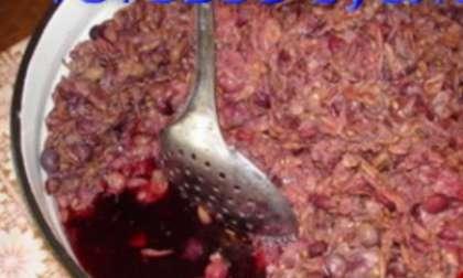 Сложите виноград (уже без веток) в глубокую емкость. Деревянной толкучкой следует раздавить все ягодки. Полученная смесь имеет название мезга. После этого перелейте полученный виноградный сок в другую емкость, процеживая через дуршлаг (марлю).