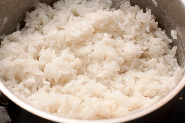 Готовый рис слегка взбейте вилкой, чтобы сделать его более воздушным.