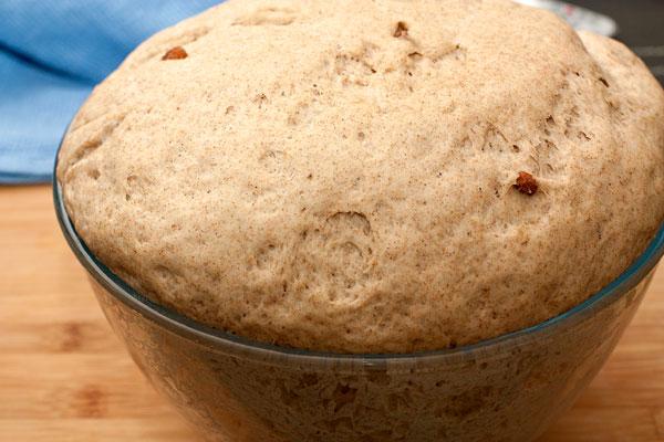 Положите тесто в просторную смазанную растительным маслом миску, накройте пищевой пленкой или полотенцем и поставьте в теплое место для подъема на 40 минут. Тесто должно увеличиться в объеме в 2 раза. После этого обомните его и дайте подойти еще раз.