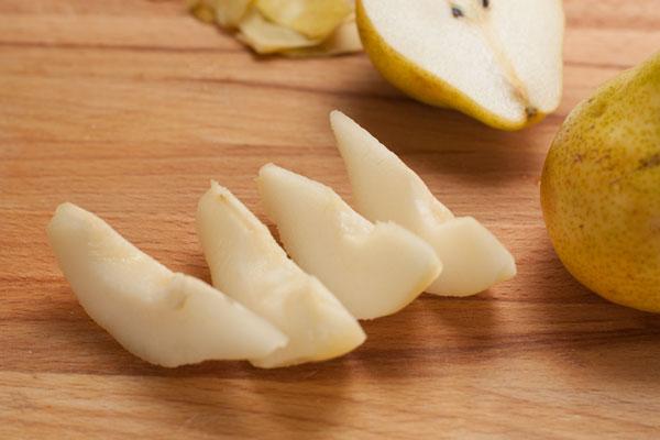 Груши почистите, удалите сердцевину и нарежьте дольками. Чтобы они не успели потемнеть делайте все быстро или сбрызните их лимонным соком.