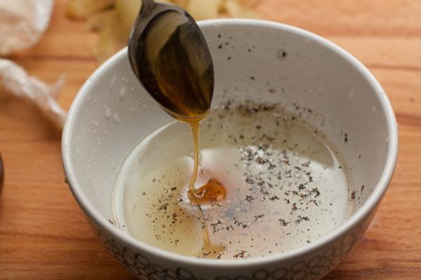 Для заправки смешайте масло, лимонный сок, соль и перец. Положите чайную ложку меда и тщательно перемешайте. Если хотите более острую заправку (зависит от сорта сыра и вашего вкуса), добавьте немного неострой горчицы. Это, к тому же, сделает заправку более однородной.