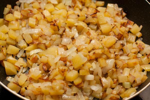 Посолите и готовьте на небольшом огне, постоянно помешивая, до готовности картофеля.