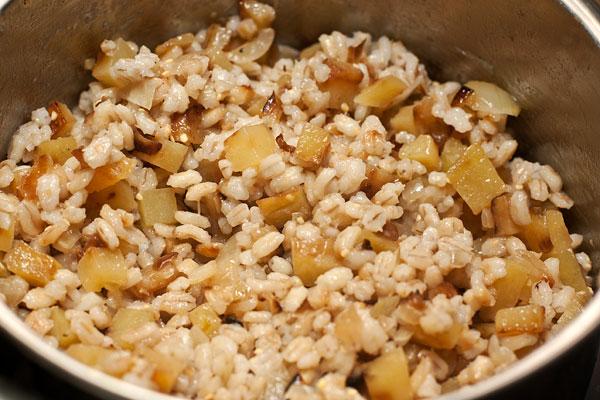 Готовую горячую кашу смешайте с жареным картофелем, накройте и поставьте на полчаса в теплое место для упревания.