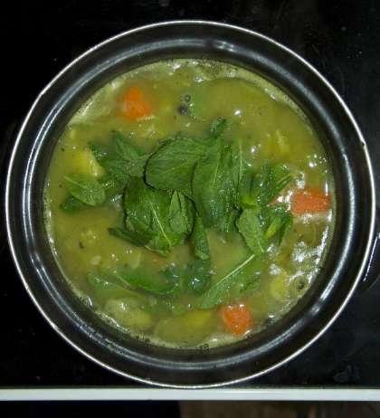 Приготовьте овощной бульон, так как вам нравиться. Но я советую не использовать очень душистые травы и специи, чтобы не заглушить аромат и вкус мяты!   Этот суп мне нравиться густым, поэтому ,после варки бульона, я оставляю морковь и картошку для дальнейшего измельчения в блендере вместе с горошком. Поэтому, чтобы сэкономить время готовки, вы можете поставить вариться зеленый горошек и бульон одновременно, но в разной посуде. Это удобно, если вы хотите убрать из бульона какие-то ингредиенты, например специи, лук или зелень.