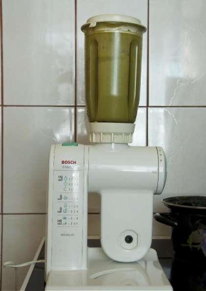 Мелко порежьте и потушите на оливковом масле лук порей и 3 дольки чеснока.
