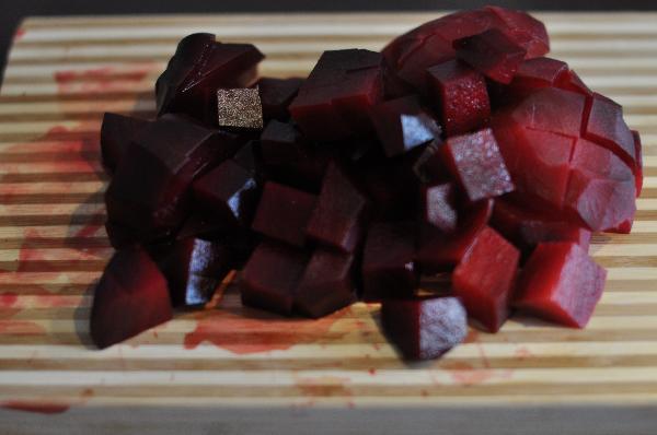 Свеклу сварить или запечь в духовке до полной готовности. Очистить и порезать крупными кубиками.