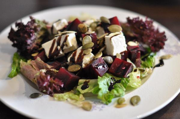 Полить оливковым маслом, кремом бальзамик и посыпать тыквенными семечками.