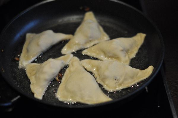 В глубокой сковороде обжарьте вонтоны в большом количестве масло по 2 минуты с каждой стороны