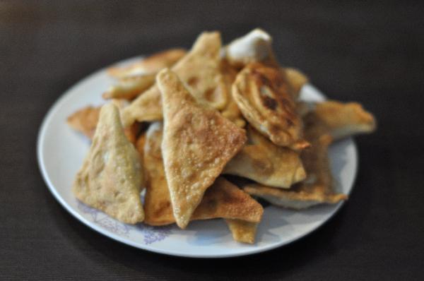 Подавать вонтоны можно горячими или холодными. К ним прекрасно подходит сырный или сметанный соус с чесноком.