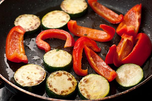Молодые кабачки нарежьте кружочками (полукругами, четвертинками) толщиной около 0,5-0,7 см, а перец полосками.  Слегка обжарьте овощи в на любимом растительном масле (я брала масло кедрового ореха).