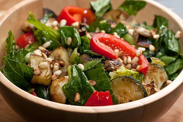 Посыпьте готовый салат орешками и подавайте. Можно есть его теплым, а можно остудить.