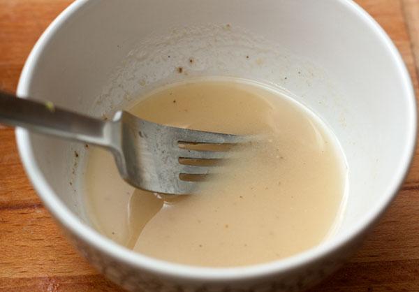 Для заправки смешайте масло (можно использовать масло авокадо, оливковое, миндальное или любое рафинированное растительное масло), лаймовый сок, соль и перец. Можно добавить немного меда. Слегка взбейте вилкой, чтобы получилась однородная эмульсия.