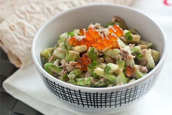 Для украшения и дополнения вкуса этого салата хорошо подойдет красная икра. Веточка зелени тоже не повредит.  Приятного аппетита!