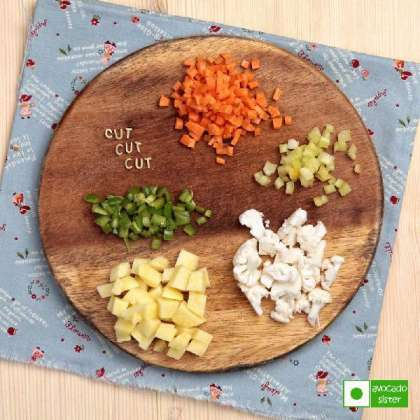 <br>Ингредиенты:    <br>Макароны-буквы   <br>Любые овощи (например, 1 морковка, ¼ качана цветной капусты, 2 картошки, 1 болгарский перец)   <br>Вода  <br>Соль  <br>Специи: листья карри, лавровый лист, черный молотый перец, асафетида.   <br>Зелень: петрушка, укроп  <br>Растительное масло