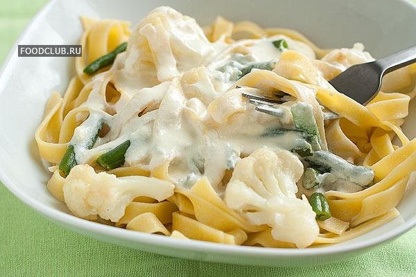 Выложите пасту с овощами на тарелки, сверху полейте сырным соусом. Подавайте горячей.  Приятного аппетита!
