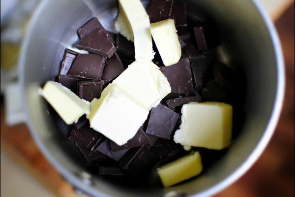 В кастрюле на маленьком огне растапливаем шоколад и масло. Часто перемешиваем, чтобы растаяли все кусочки и смесь не подгорела. Когда смесь полностью растаяла - выливаем в большую миску.