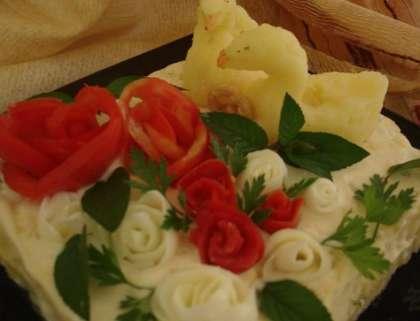 Украшением послужат розы из помидор и яичного белка. Лебедей можно сделать с картофеля. А, листочки возле цветов с мяты или петрушки. Подавайте на праздничный стол.