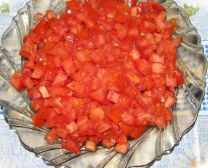 Вымойте красные томаты. Промокните бумажной салфеткой. Сухие помидоры нарежьте кубиками.
