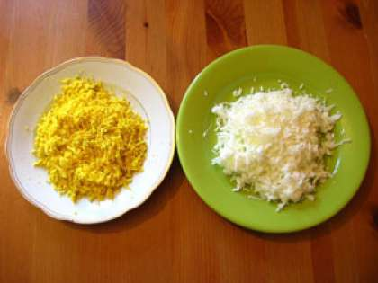 Вкрутую отваренные яйца, остудите. Очистите от скорлупы и разделите яйца на желтки и белки. На мелкой тёрке натрите желтки. А, на крупной терке – белки.