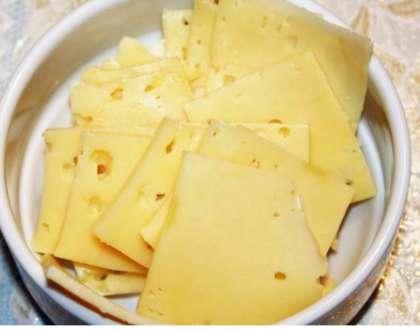 Сыр достаньте. Порежьте его тонкими ломтиками. Сыр для салата должен быть мягким. Можно использовать также сыр плавленый для сэндвичей.