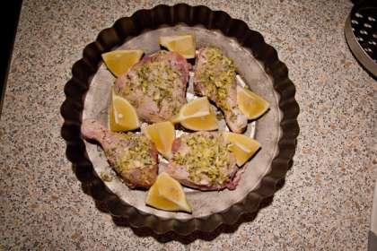 В миске смешиваем цедру (снять на мелкой терке) одного лимона, тимьян (чайную ложку сушеного или 2 столовые ложки измельченного свежего), размягченное сливочное масло (столовая ложка), оливковое масло (ст. л), мелко нарезанные чеснок.