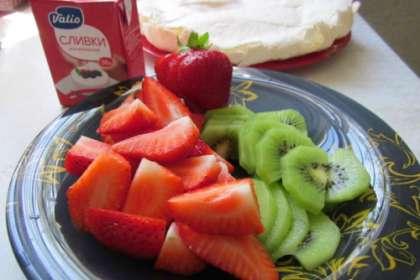 Ягоды и фрукты нужно вымыть и обсушить. Затем нарезать. Какие брать фрукты выбирает каждый сам, учитывая свои вкусовые предпочтения. Однако, в данном рецепте предлагаются именно те ягоды и фрукты, которые входят в классический стандартный рецепт этого восхитительного десерта.